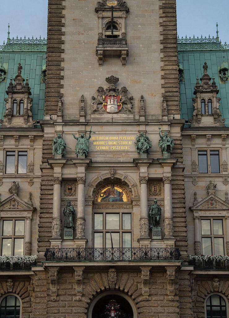 Teil der Vorderansicht des Hamburger Rathauses
